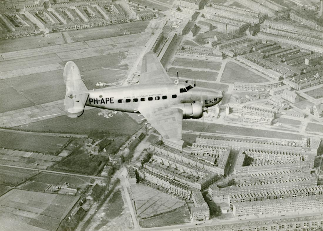 Naam: Foto 337. PH-APE 'Ekster'. Lockheed 14 Super Electra boven Rotterdam. 1100 breed.jpg Bekeken: 91 Grootte: 158,1 KB