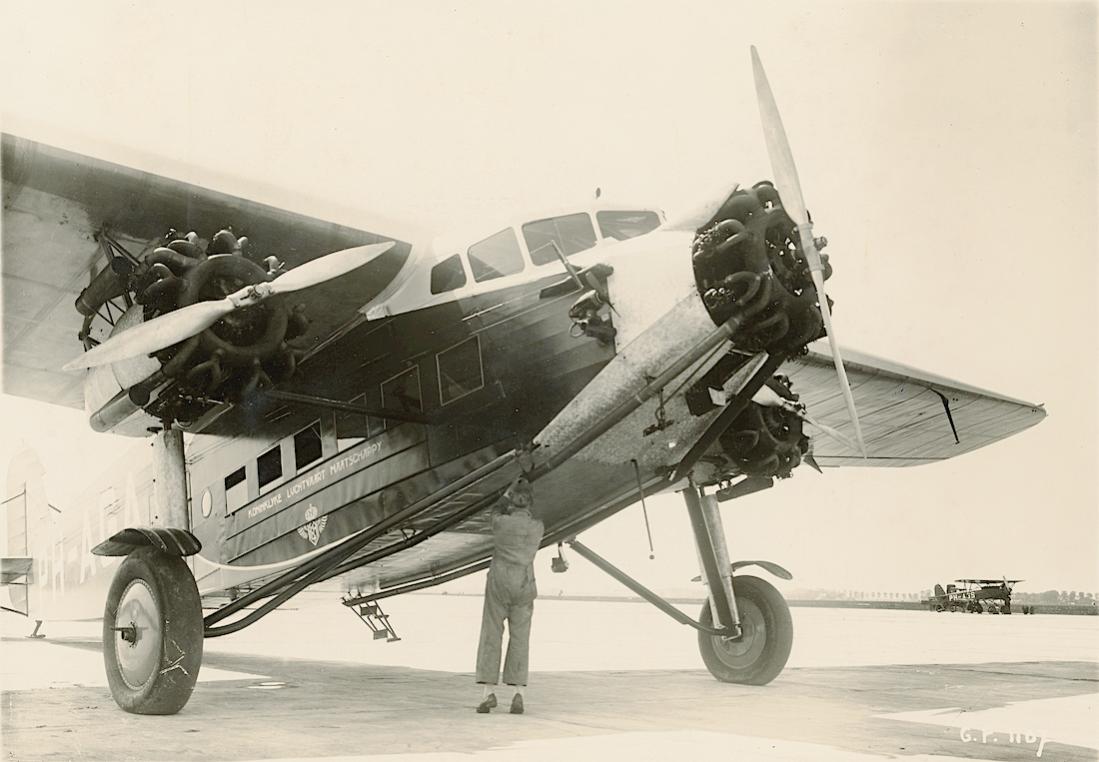 Naam: Foto 338. PH-AGA 'Adelaar'. Fokker F.IX. Rechts staat de PH-AGS, een Fokker D.XVI die later aan .jpg Bekeken: 47 Grootte: 85,4 KB