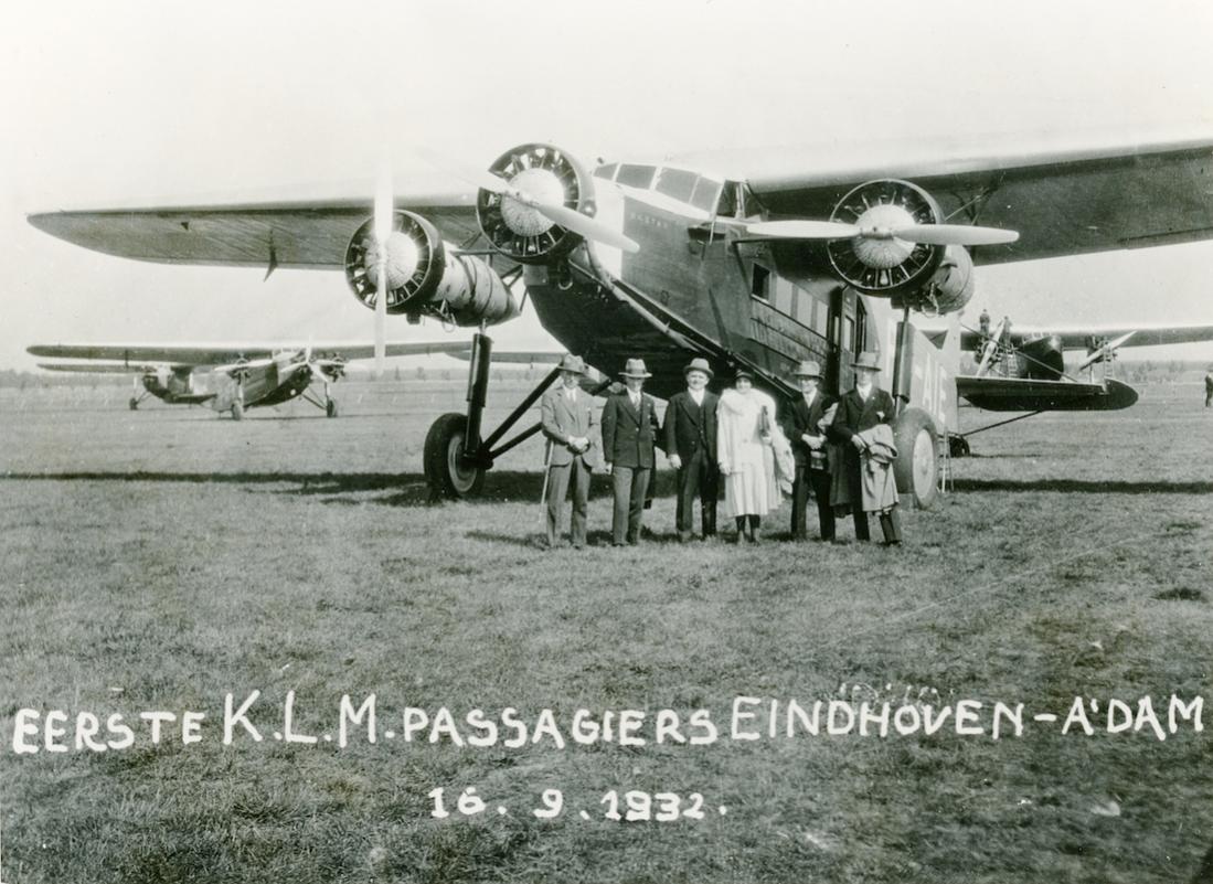 Naam: Foto 339. PH-AIE 'Ekster'. Fokker F.XII. Eerste KLM-passagiers Eindhoven–Amsterdam 16.9.1932. 11.jpg Bekeken: 17 Grootte: 134,7 KB