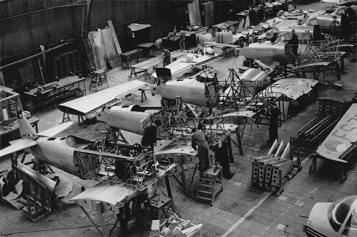 Naam: Foto 5. Fokker fabriek, werk aan Harvards, kopie.jpg Bekeken: 637 Grootte: 185,7 KB