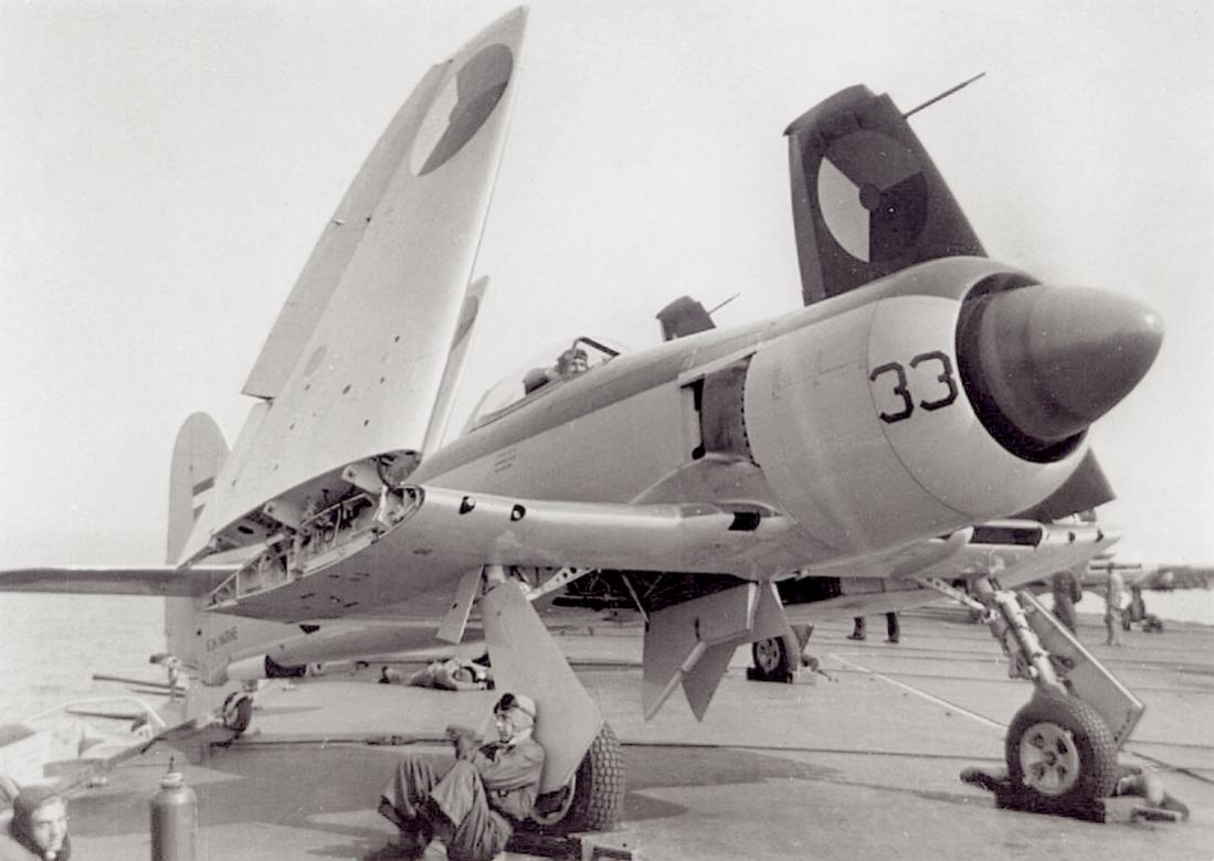 Naam: #375. 'F-33'. Hawker Seafury FB.Mk.51. 1100 breed.jpg Bekeken: 43 Grootte: 81,3 KB