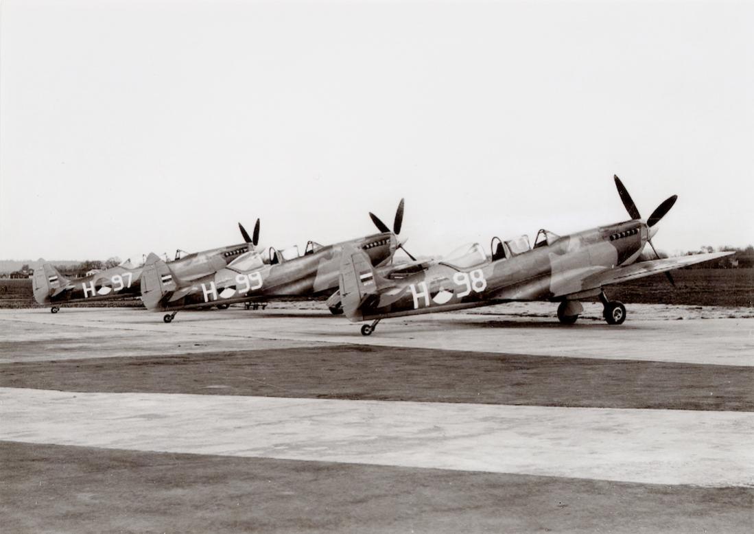 Naam: Foto 168. 3 Spitfires T.IX. 1100 breed.jpg Bekeken: 243 Grootte: 77,5 KB