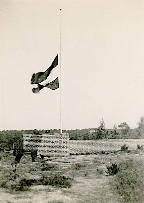 Naam: Foto 55. Monument ter gelegenheid van het 25 jarig bestaan der Luchtvaart Afdeling te Soesterbe.jpeg Bekeken: 168 Grootte: 365,3 KB
