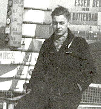 Naam: Foto 5a. Wegwijzer Schiphol met dezelfde persoon als eerder, nu als burger. 1937.jpeg Bekeken: 1938 Grootte: 173,3 KB