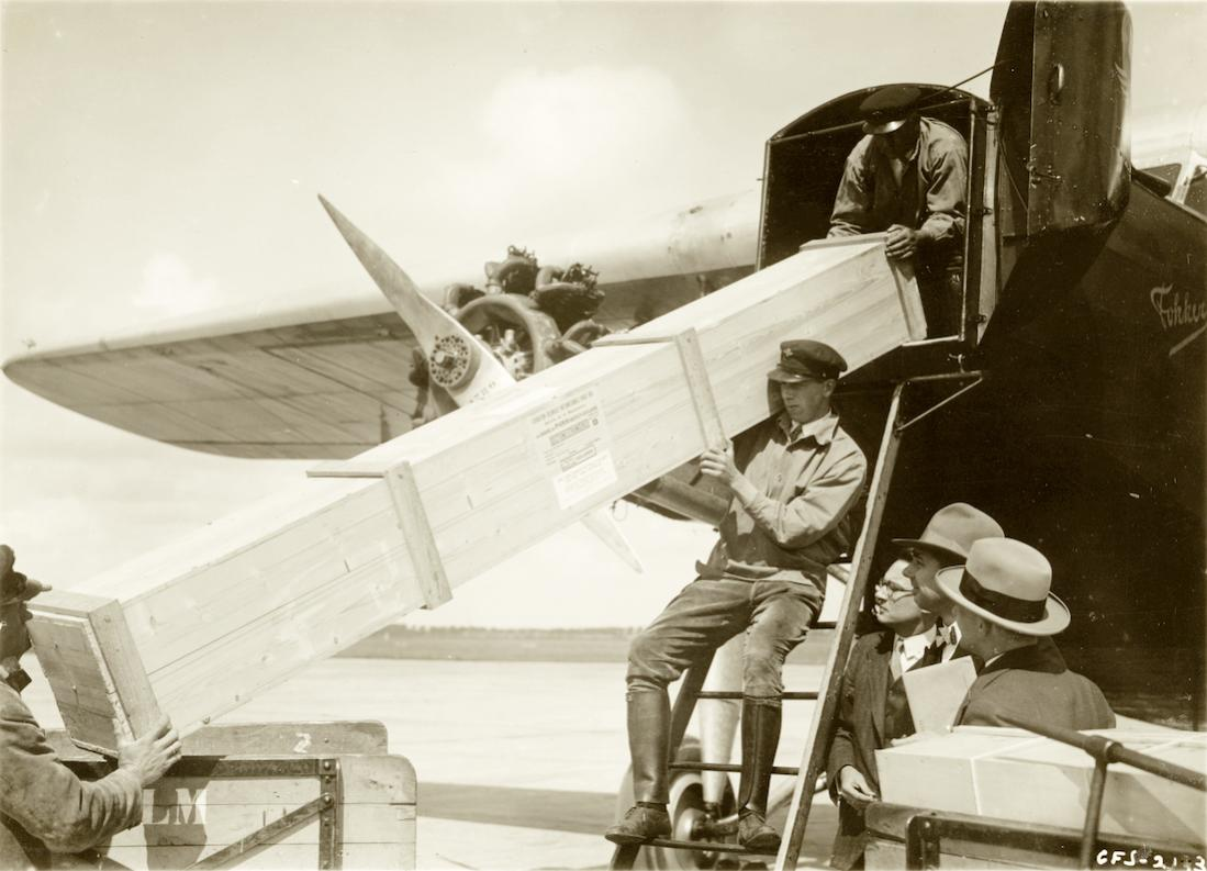 Naam: Foto 354. Fokker F.VIII wordt beladen met lang voorwerp. 1100 breed.jpg Bekeken: 100 Grootte: 90,8 KB