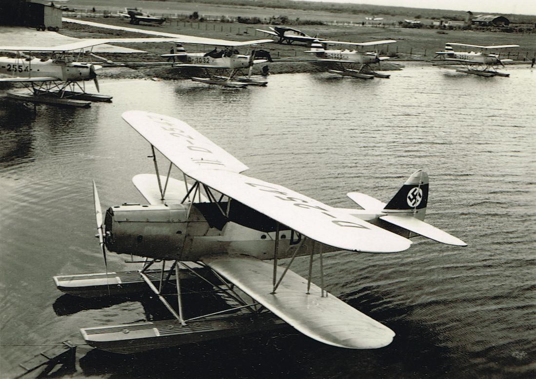 Naam: Foto 414. D-2547. Heinkel He 42 D, achtergrond D-2554, D-2555 en D-2551 (allen Heinkel HE 42 D) .jpg Bekeken: 219 Grootte: 147,8 KB