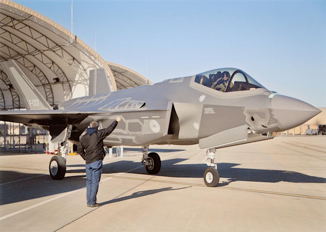 Naam: Foto 229. '001'. Eerste Lockheed Martin F-35A Lightning II van de KLu. 1100 breed.jpg Bekeken: 27 Grootte: 87,1 KB