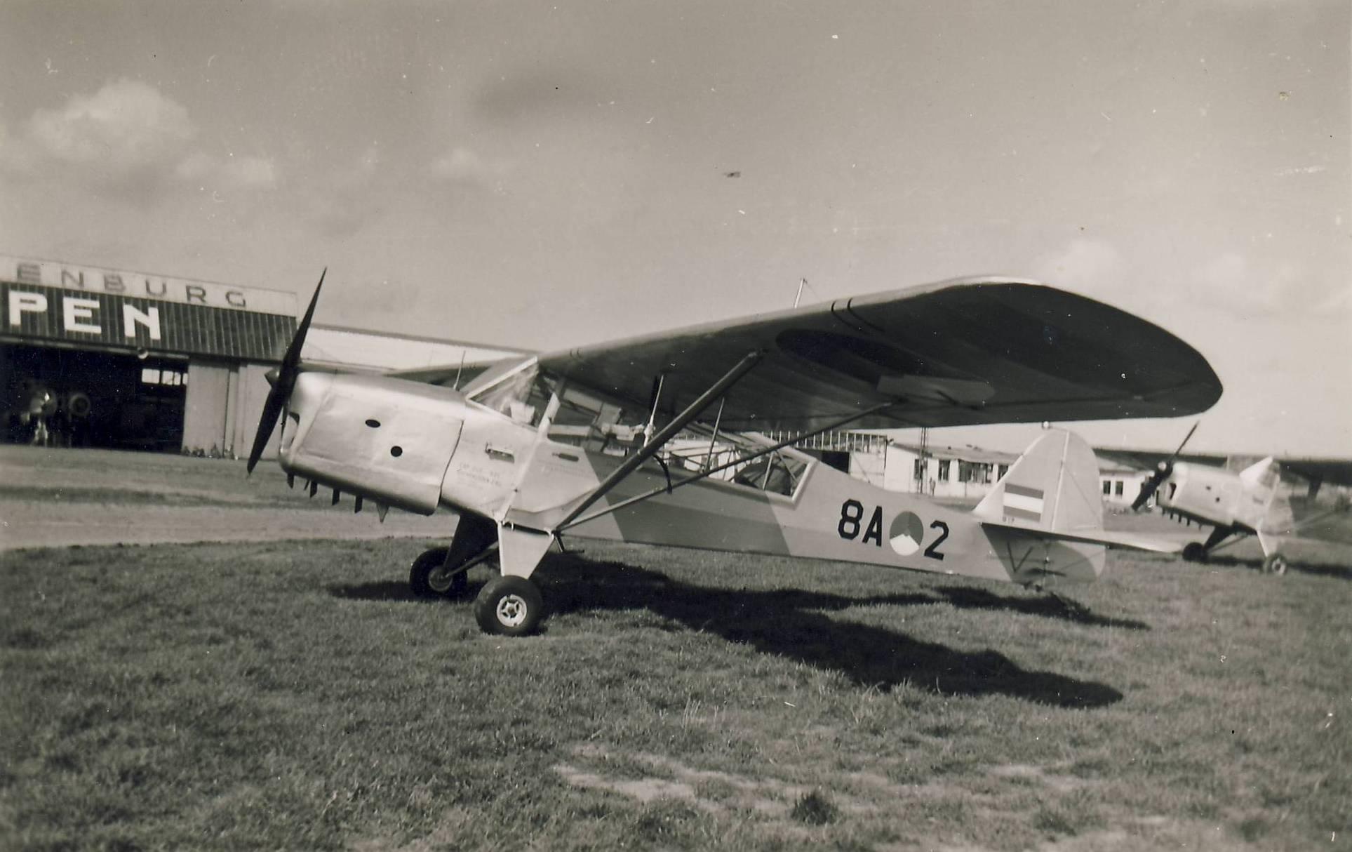 Naam: Auster v.d. Luchtmacht, Ypenburg 1951.JPG Bekeken: 529 Grootte: 193,2 KB