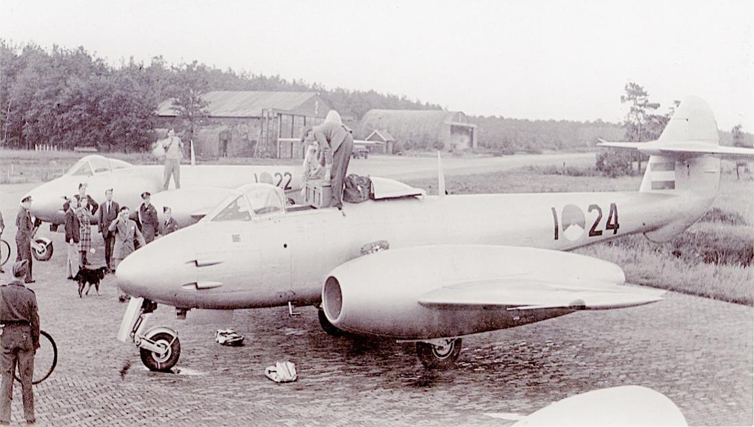 Naam: Foto 273. I-22 en I-24. Gloster Meteor F.Mk. 4. 1100 breed.jpg Bekeken: 370 Grootte: 100,1 KB