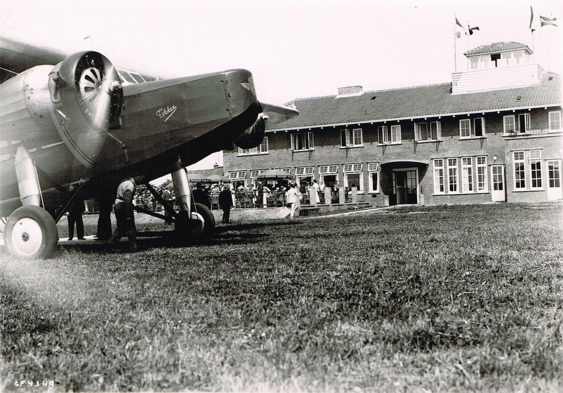Naam: Foto 06. klm foto nr. Gf 4349 met een fokker f.viii voor het stationsgebouw van vliegveld eelde.jpeg Bekeken: 4325 Grootte: 378,1 KB