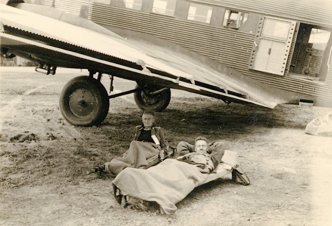 Naam: Foto 538. Ju-52 en rustende bemanning. 1100 breed.jpg Bekeken: 120 Grootte: 131,3 KB
