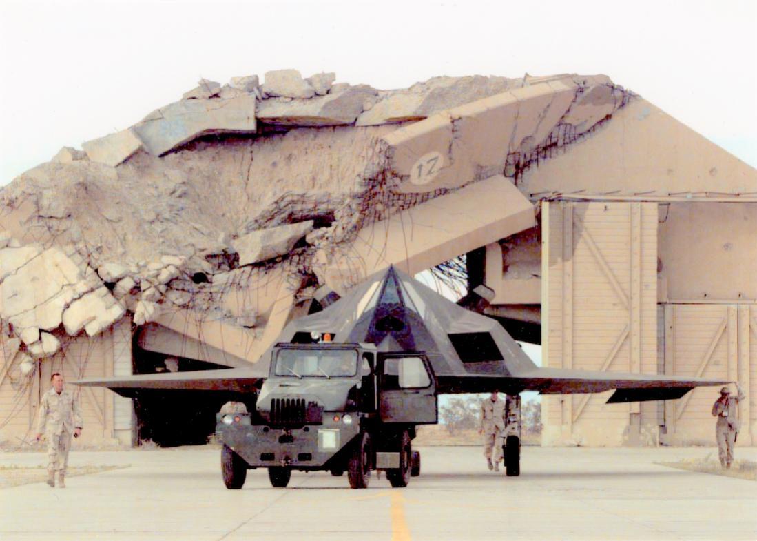 Naam: Foto 733. F-117 (vermoedelijk Irak). 1100 breed.jpg Bekeken: 74 Grootte: 95,1 KB