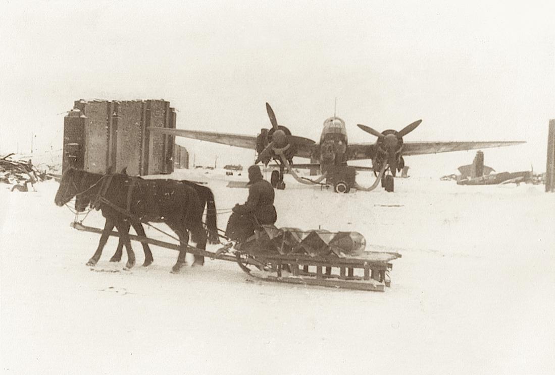 Naam: Foto 519. Voorverwarming motoren Junkers Ju 88 en bommentransport per slede, Rusland. 1100 breed.jpg Bekeken: 49 Grootte: 76,2 KB