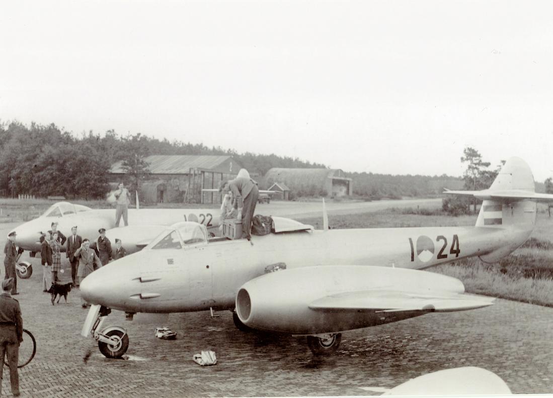 Naam: Foto 237. 'I-22' en 'I-24'. Gloster Meteor Mk. 4. 1100 breed.jpg Bekeken: 66 Grootte: 85,2 KB