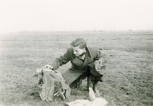 Naam: Foto 114. 1940-05:10-14.? Koen bij wrak. 600 breed.jpg Bekeken: 248 Grootte: 383,0 KB