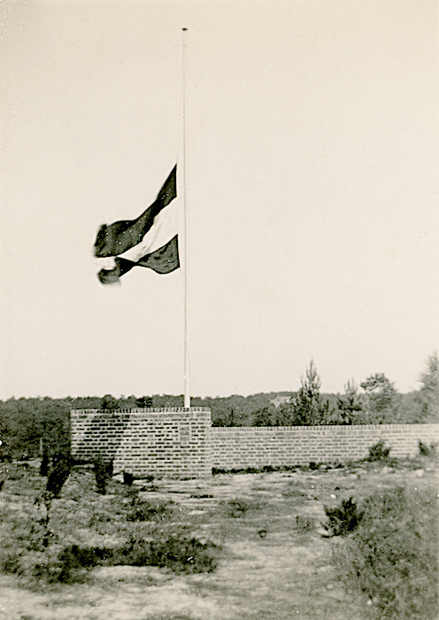 Naam: Foto 55. Monument ter gelegenheid van het 25 jarig bestaan der Luchtvaart Afdeling te Soesterbe.jpeg Bekeken: 103 Grootte: 365,3 KB