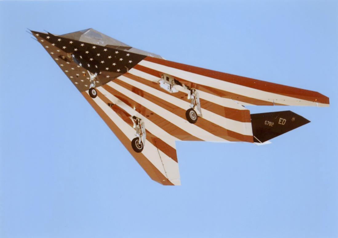 Naam: Foto 796. Lockheed Martin F-117 Nighthawk. 1100 breed.jpg Bekeken: 198 Grootte: 47,8 KB