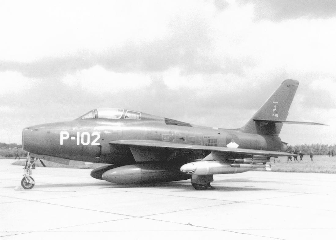 Naam: Foto 181.  'P-102'. Republic F-84F Thunderstreak. 1100 breed.jpg Bekeken: 317 Grootte: 71,2 KB