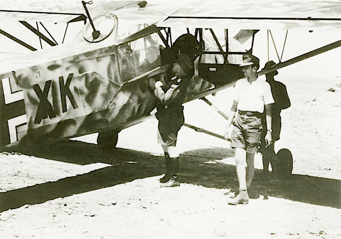 Naam: Foto 532. Storch in Afrika, uitgerust met mitrailleur. 1100 breed.jpg Bekeken: 171 Grootte: 123,1 KB
