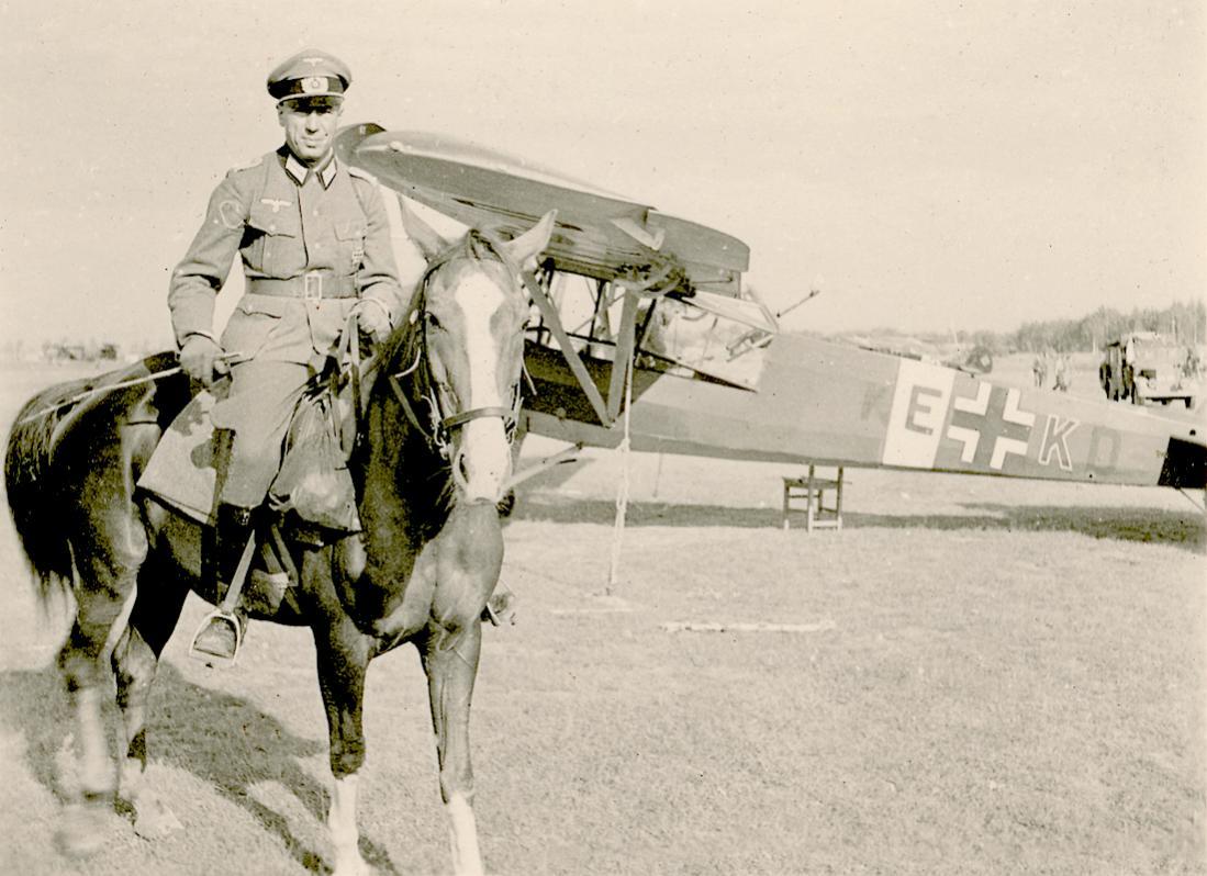 Naam: Foto 536. 'KE+KD'. Fieseler Fi.156 Storch en paard met ruiter. 1100 breed.jpg Bekeken: 36 Grootte: 109,9 KB