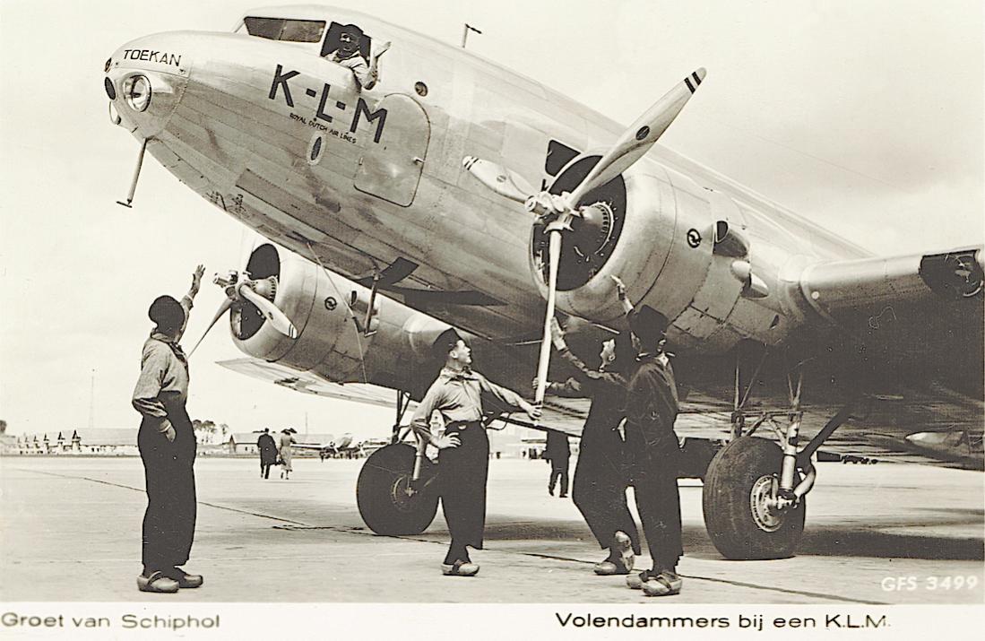 Naam: Kaart 742. PH-AKT 'Toekan', Douglas DC-2 en Volendammers in klederdracht.jpg Bekeken: 235 Grootte: 112,5 KB